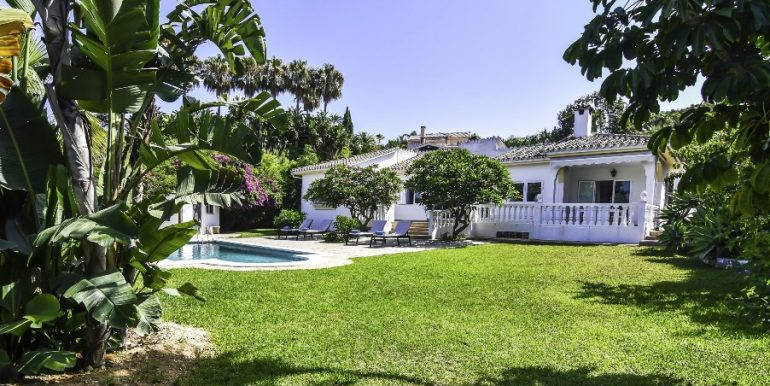Villa in Marbella at 950 m from the beach